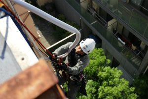 ロープアクセスによるエアコン取り付け工事